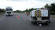 TEM Otoyolu'nda minibüs devrildi: 3 yaralı
