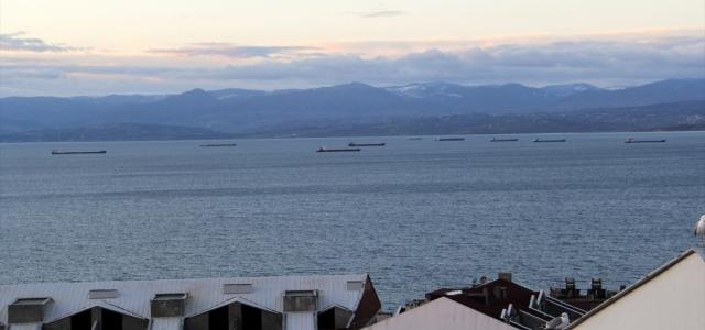 """Yük gemileri Karadeniz'de """"tam fırtına"""" uyarısıyla Sinop doğal limanına sığındı"""