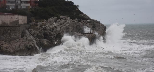 Zonguldak'ta şiddetli rüzgar etkili oluyor